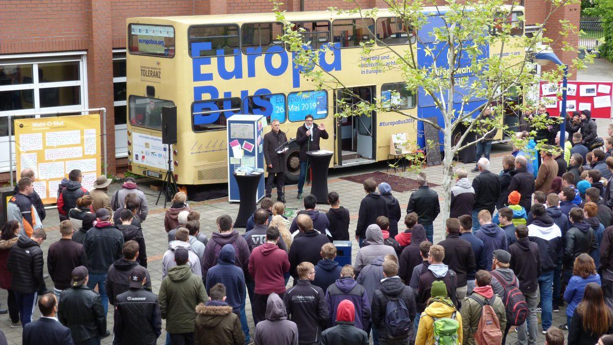 """Unsere Schule sagt JA zu Europa! Der """"EuropaBus"""" macht auf seiner Bayerntour Halt an unserer Schule"""