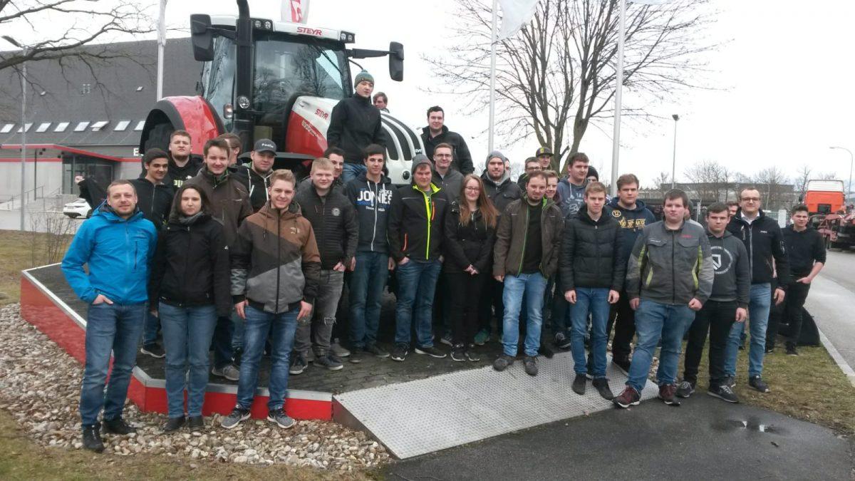 Land- und Baumaschinenmechatroniker besuchen Traktorenwerk in Österreich