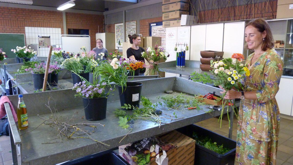 Floristin Svetlana Pihlström informiert sich über die duale Ausbildung