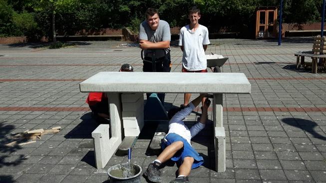 Als Projektarbeit zum Thema Stahlbeton, wurde die Erstellung einer Sitzgruppe durchgeführt.