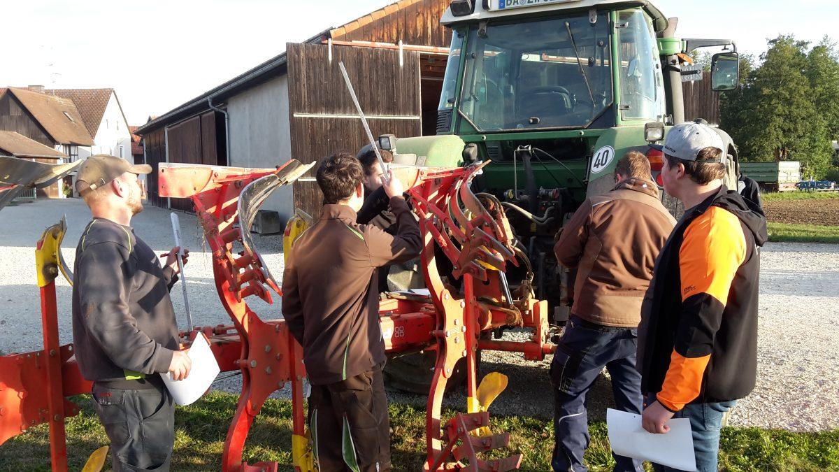 Pflugtage 2019: Land- und Baumaschinenmechatroniker*innen auf dem Feld
