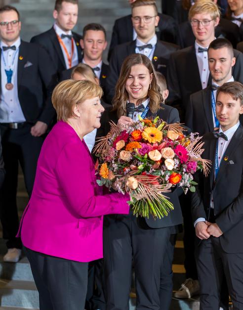 Ehemalige Schülerin unserer Schule bei Dr. Angela Merkel